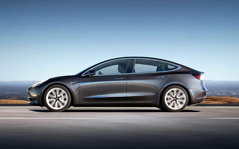 El Tesla Model 3 ya lidera el mercado en Estados Unidos y sigue progresando.