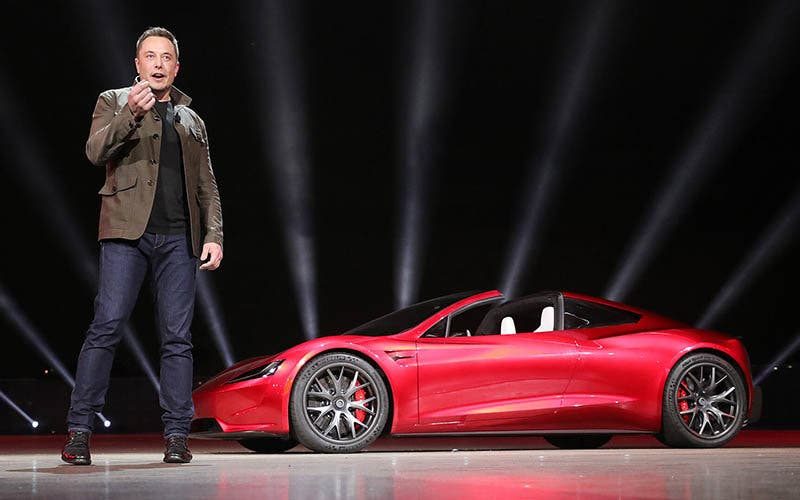 tesla-roadster-segelt-im-all