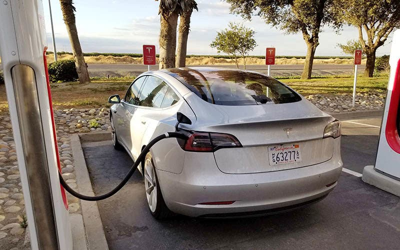 Tesla Model 3 conectado a un Supercharger en California.