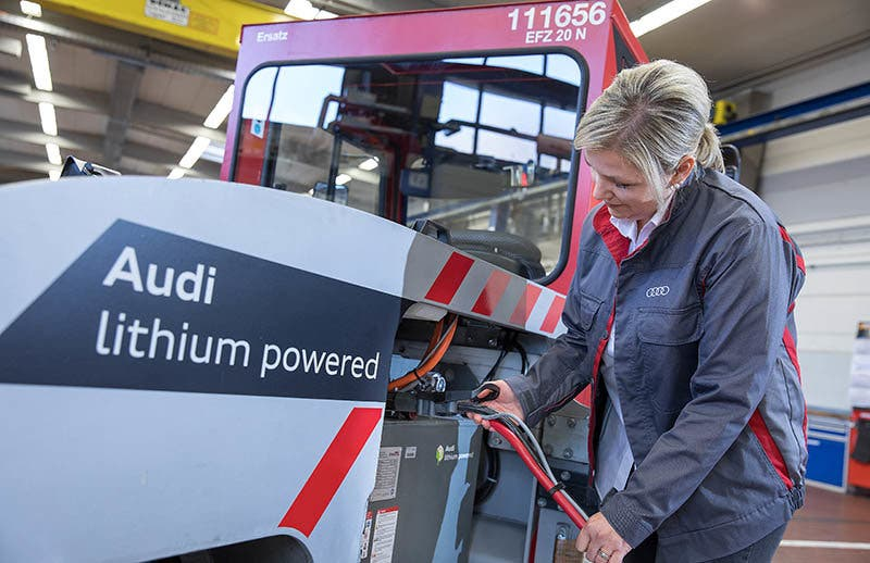Audi tests factory vehicles powered by used lithium-ion batteries from electric cars. After the batteries have been taken back, they can continue to be used sensibly and sustainably.
