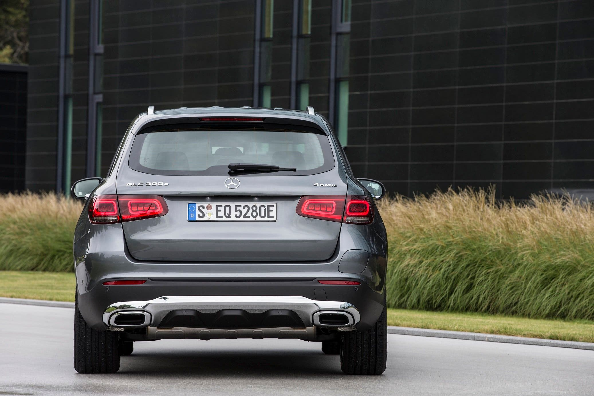 GLC 300 e 4MATIC, selenitgrau metallic, Leder schwarz;Kraftstoffverbrauch gewichtet 2,5-2,2 l/100 km, CO2-Emissionen gewichtet 57-51 g/km, Stromverbrauch gewichtet 17,8-16,5 kWh/100 km*  (vorläufige Angaben)GLC 300 e 4MATIC, selenite grey metallic, Leather black ;Weighted fuel consumption 2.5-2.2 l/100 km, weighted CO2 emissions 57-51 g/km, weighted power consumption 17.8-16.5 kWh/100 km* (provisional figures)
